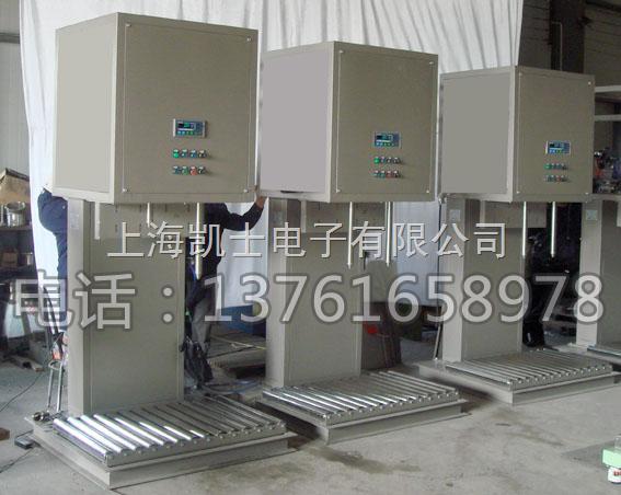 200升包装机,液体计量灌装机 自动计量200升包装机,液体计量灌装机械,可与IBC桶灌装共线 本机适用于粘稠度从低到高的产品, 可适用的灌装容量从50-200升,精度达到千分之二(取决于铁桶的规格,产品属性和进料压力) 技术参数: 1.机器型号:CFM-300A; 2.最大称重;200公斤; 3.分度值:100G; 4.灌装速度:80-90桶/小时(取决于铁桶的规格,产品属性和进料压力); 5.罐装精度:X(0.