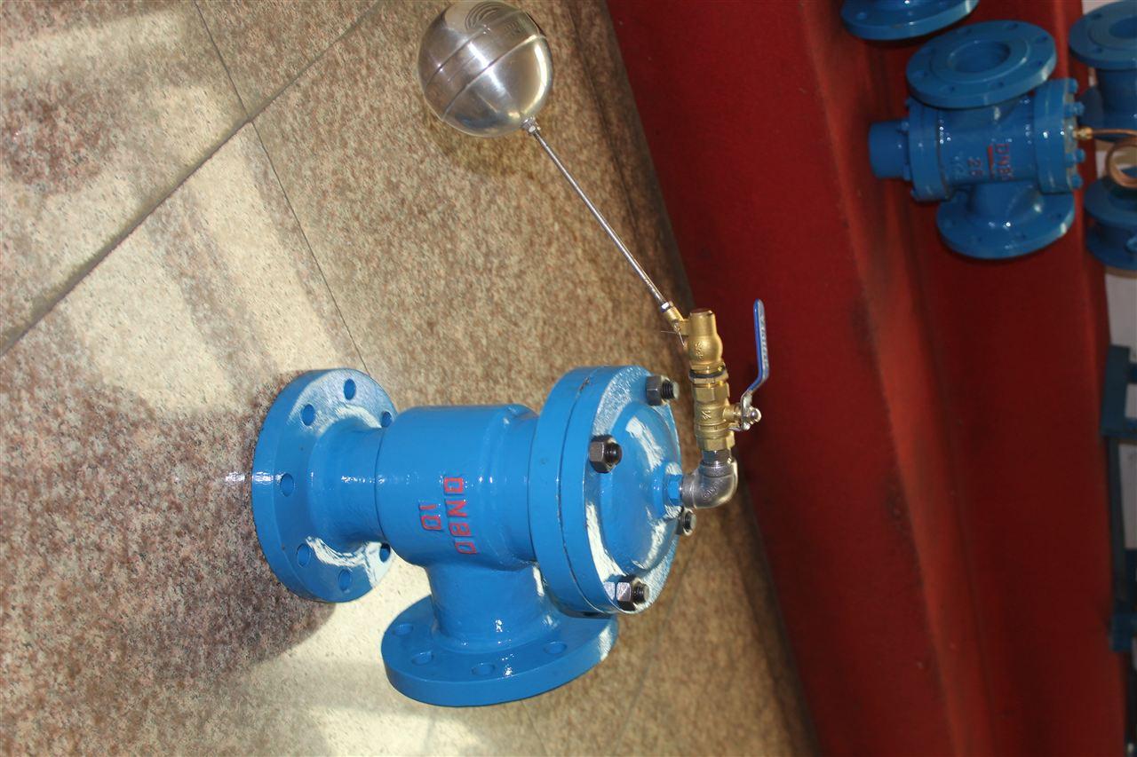 H142X液压水位控制阀 产品品牌:金钛阀门 产品型号:H142X 公称通径:DN40~DN350 公称压力:1.0~4.0Mpa 适用介质:水、油品 适用温度:0~80 连接形式:法兰 材质:铸铁,铸钢,球磨铸铁,不锈钢 1、液压水位控制阀产品简介 H142X液压水位控制阀是一种自动控制水箱和水塔液面高度的水力控制阀,当水面下降超过预设值时,浮球打开,活塞上腔压力降低,活塞式上下形成压差,在此压差作用下阀瓣打开进行供水作业;当水位上升到预设值时,浮球阀关闭,活塞上腔压力不断增大致使阀瓣关闭停止供水。如此
